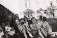 S přáteli, 1945
