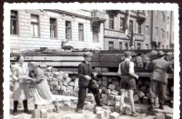 Rozebírání barikády, 1945