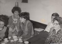 Zleva - otcova sestra Anna Lorencová (teta Anda), máma Milena, sestřenice Lenka Černá, Michal Hron, babička Gertruda Šulcová, Nejdek, 1971.