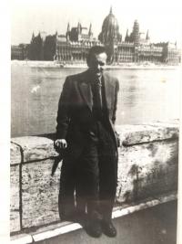 Lázló Regéczy-Nagy v mládí na břehu Dunaje