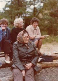 Babička Gertruda Šulcová, matka pamětníka. Iryna Juřinová, sestřenice Lenka Černá (Lorencová)