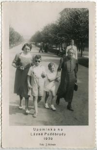 Zleva - teta Růžena Justicová, bratranec Zdeněk Justic, Pavel Jelínek, Josefína Ledererová, Poděbrady, 1939