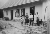 Brzoňovi - rodiče pamětníka s jeho bratrancem na původní chalupě v Bernarticích
