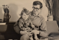 Se starší dcerou, 1969