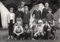 Miroslav Pešta se svými svěřenci na táboře v Ledči nad Sázavou 1967-1974