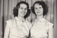 Sestry Věra a Vlasta Klasovy (pamětnice vlevo), 1954, Repre na plese