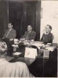 Tatínek František Klas vpravo, cca 1947 v Zemědělské záložně v Praze