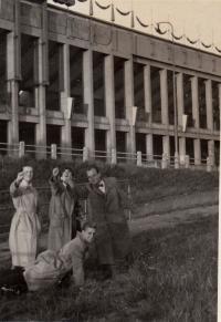Strahov cca 1953, Vlasta vlevo, uprostřed sestra, Mirek dole. Ruce zaťaté v pěst - dle Vlasty gesto proti komunistům