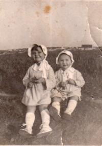 Se sestrou 1936, Černá louka - Praha Kačerov, Vlasta vpravo