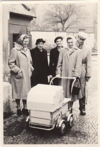1956 sestra Věra drží kočárek, Vlasta vlevo, Mirkova maminka v černém vlevo, Vlastina maminka v černém vpravo