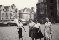 Staroměstské náměstí 1955, maminka Vlasty vlevo