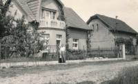 Rodiče Květy Eretové před domem v Kolovratech