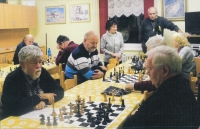 Květa Eretová (standing in the middle) in a chess club, 2014