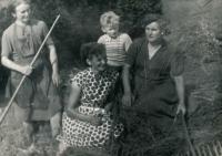 Václav Dašek (chlapec uprostřed) s matkou (vlevo), sestrou Marií (uprostřed) a tetou Valáškovou v roce 1957