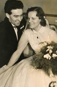 Svatebčané Leoš a Dagmar Houskovi, 1956