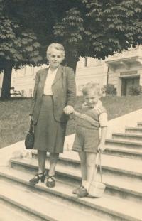 Matka Z. Velímské s vnukem, Mariánské Lázně, 1947