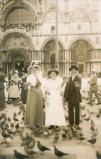Maminka uprostřed s bratrem Karlem, Benátky 1920