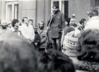 M.Trégl hovoří k občanům jako mluvčí strakonického Občanského fóra během sametové revoluce 1989