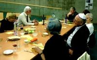 Sederová večeře o první večeru svátku Pesach, zprava Pavel Jelínek, Michal Hron, Liberec, 2009