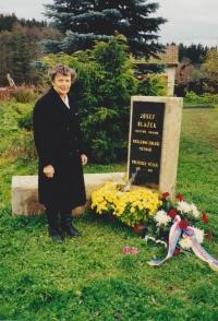 Věra Rolečková s pamětní deskou svého otce, 1998
