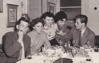 Pomaturitní večírek v květnu 1956 a Věra Rolečková třetí zleva