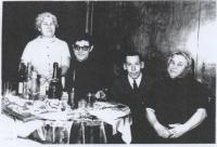 Cesare na návštěvě u rodičů Magdy, Stropkov, Vánoce 1971/2. Zleva maminka, Cesare, otec, teta
