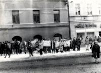 Shromáždění během sametové revoluce ve Strakonicích