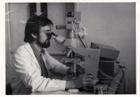 Při práci ve Výzkumném ústavu organických syntéz v Pardubicích (1983)