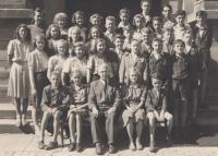 Kvarta gymnázia v Náchodě (Pavel Kejdana ve čtvrté řadě první zprava), 1947