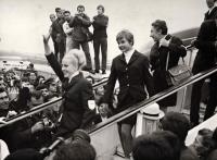 Milena Duchková (na schůdcích uprostřed za mávající Věrou Čáslavskou) při návratu z OH v Mexiku 1968