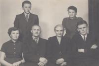 Rodina Kejdanova: rodiče Vojtěch a Anna, děti (zleva) Anna, Petr, Liduška, Pavel, 1956