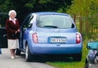 Anna Fischer mit ihrem Auto