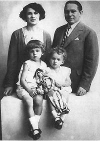 Milan Dobeš so svojimi rodičmi a bratom, začiatok 30-tych rokov 20. storočia