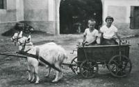 František Toulec se sestrou Květou v roce 1934 na Toulcově dvoře