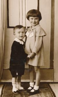 Miroslav Masák se sestrou Jarmilou Masákovou, 1935