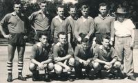 Miroslav Masák (stojící první zleva) jako kapitán družstva házené Sokol Úvaly, 1950