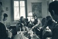 Na Hrádečku - zleva Andrej Krob, Václav Havel, Miroslav Masák a Jarka Sloupová, Vlčice, 1967