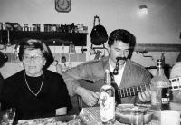 Jan Kalvoda na fotografii s maminkou Blankou, 1998