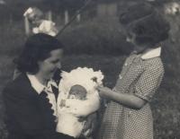 Libor Grubhoffer jako kojenec s matkou a sestrami