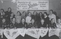 Julie (sedící vlevo) matka Magdy, ještě za svobodna, chodí do kurzu šití, Stropkov 1940
