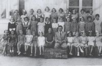 Magda (sedící 3. zprava dole) ve 2. třídě, Stropkov 1952/3