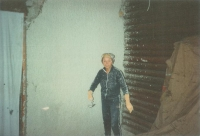 Magda při omítání vnitřku domu, postaveného v roce 1973, u Milána 1991.