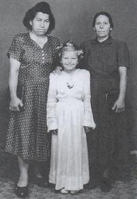 Magda u prvního svatého přijímání s maminkou (vlevo) a tetou, Stropkov 1953