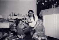 Pamětník s dětmi na Vánoce 1987