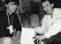 Sepisování požadavků OF. Josef Mevald ve svém bytě se studenty 1989