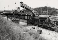 Vysypávání vytěžené horniny do železničních vozů z nákladní rampy