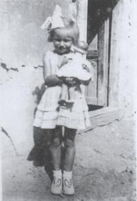 Magda jako asi pětiletá na dvorku ve Stropkově, 1950