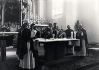 Biřmování M.Trégla, páter Herman Frič (třetí zleva)