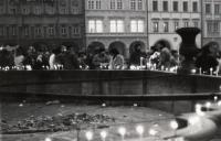 Náměstí v Českých Budějovicích v listopadu 1989 (tehdy Žižkovo, dnes Přemysla Otakara II.)