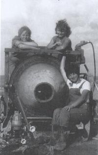 Magda (dole) jako studentka VŠ na brigádě, 1964